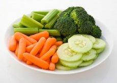 Тарелка с полезными свежими овощами