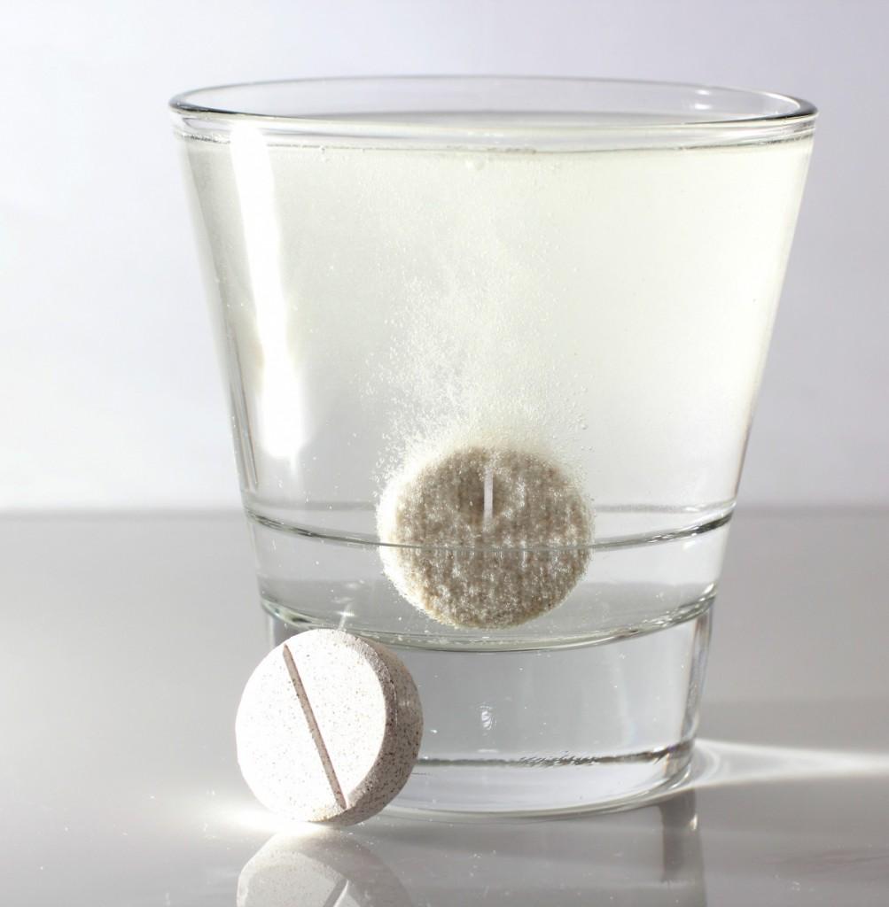 растворимая таблетка в стакане